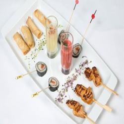 Combinados con rollitos de sushi, brochetas de langostinos, chupitos de gazpacho de sandía y sopa de melón con jamón y rollitos de foie