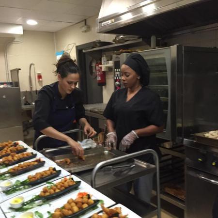Preparación de catering con todo el esmero que merece la ocasión