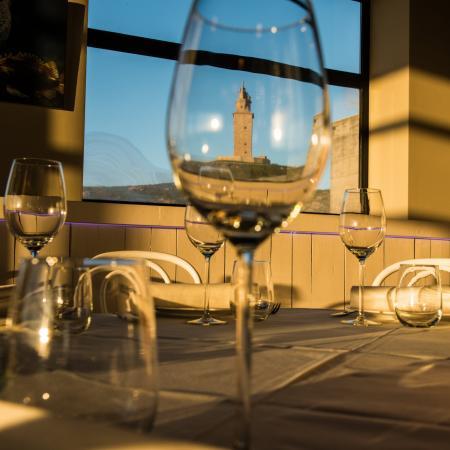 En nuestro restaurante puede disfrutar un copa de vino de nuestra bodega - Casa de los Peces