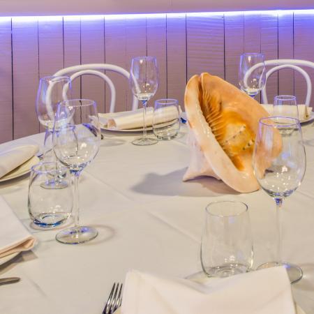 Mesas redondas para disfrutar de la comida y una agradable conversación - Casa de los Peces