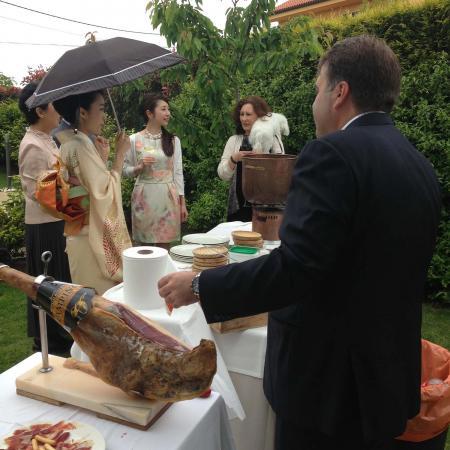 Mantenemos la tradición viva de la tierra y sus costumbres, así como sus productos