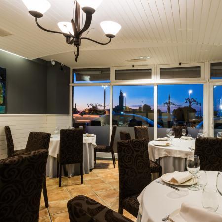 Frente a la Torre de Hércules disfrutarás del Restaurante Finisterrae